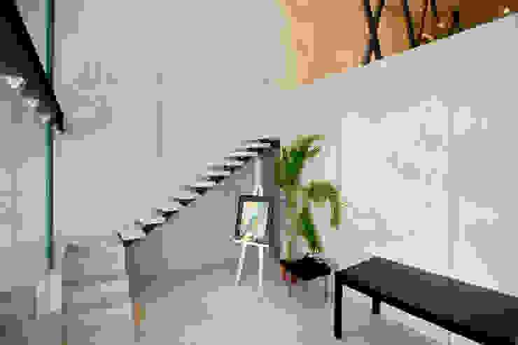 Escaleras hacia oficina principal de Arturo Campos Arquitectos Moderno