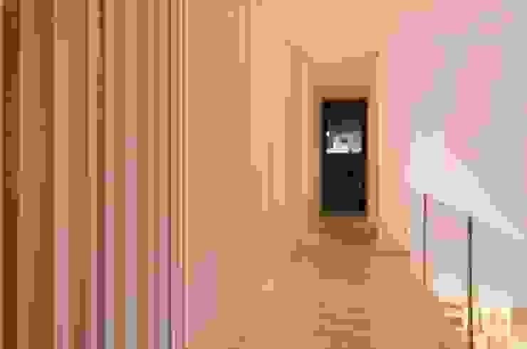 Pasillos y vestíbulos de estilo  por Ilaria Di Carlo Architect - IDC_studio, Minimalista