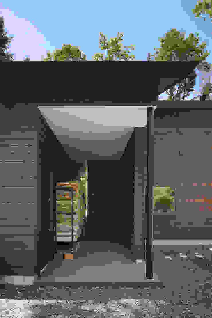 玄関~025軽井沢Sさんの家 クラシカルな 窓&ドア の atelier137 ARCHITECTURAL DESIGN OFFICE クラシック 木 木目調