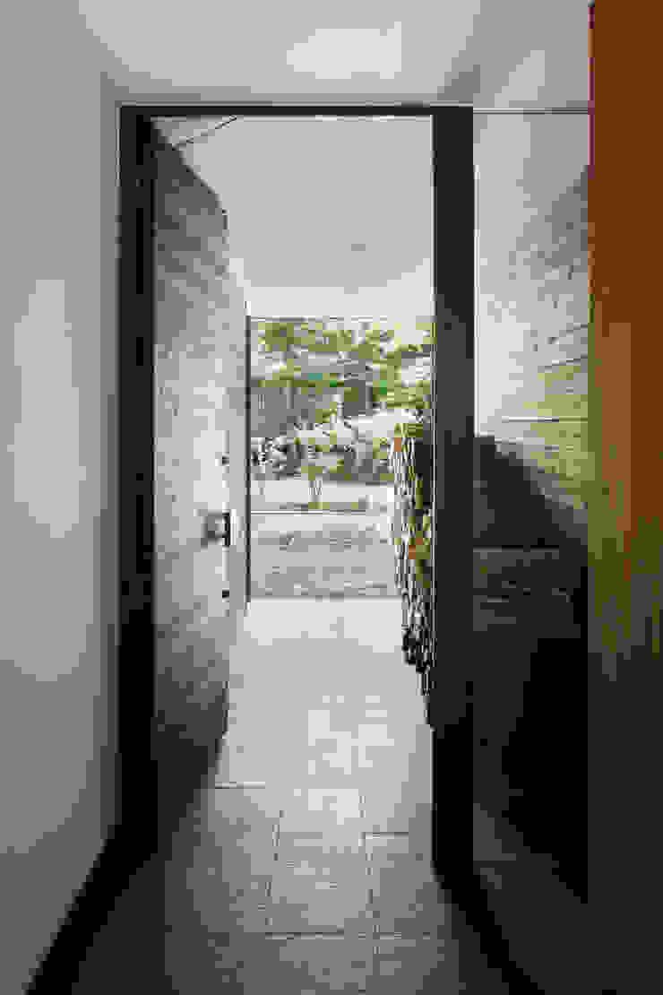 玄関~025軽井沢Sさんの家 オリジナルな 窓&ドア の atelier137 ARCHITECTURAL DESIGN OFFICE オリジナル 木 木目調