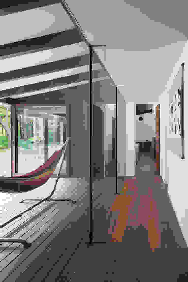 廊下とテラス~025軽井沢Sさんの家 モダンスタイルの 玄関&廊下&階段 の atelier137 ARCHITECTURAL DESIGN OFFICE モダン