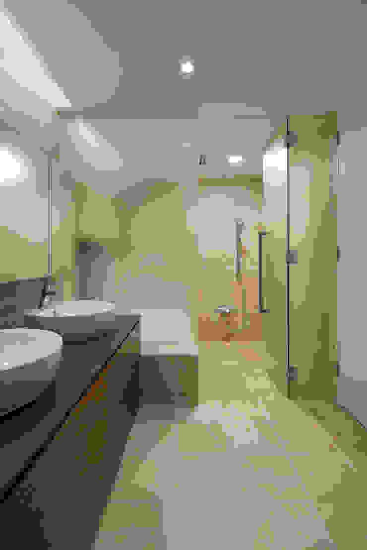 浴室~025軽井沢Sさんの家 モダンスタイルの お風呂 の atelier137 ARCHITECTURAL DESIGN OFFICE モダン タイル