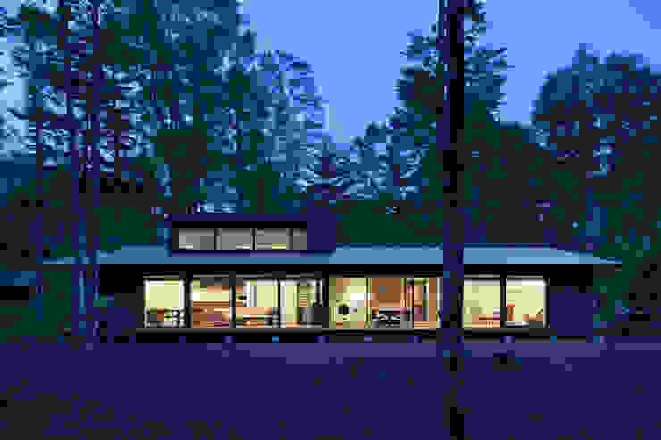 外観夕景~025軽井沢Sさんの家 モダンな 家 の atelier137 ARCHITECTURAL DESIGN OFFICE モダン ガラス