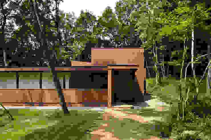 アプローチ~029那須Hさんの家 モダンな 家 の atelier137 ARCHITECTURAL DESIGN OFFICE モダン レンガ