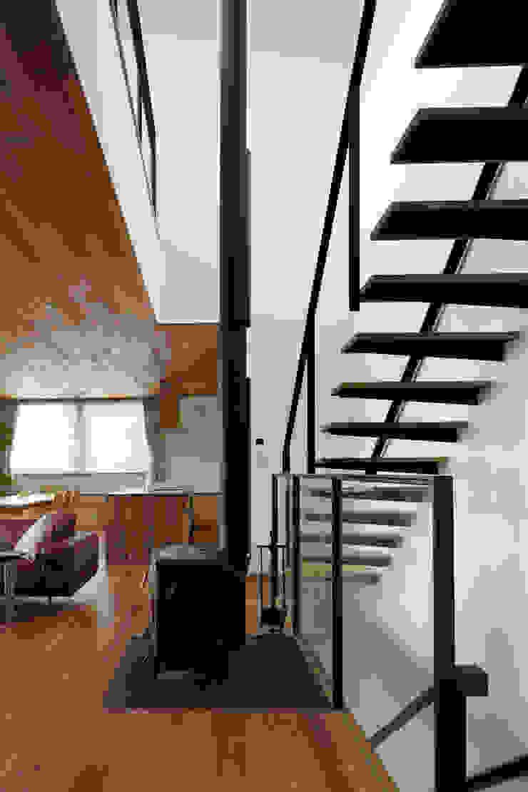 階段吹抜~甲府 I さんの家 モダンスタイルの 玄関&廊下&階段 の atelier137 ARCHITECTURAL DESIGN OFFICE モダン 木 木目調