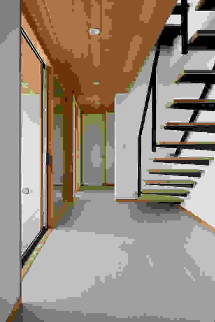 階段~甲府 I さんの家 モダンスタイルの 玄関&廊下&階段 の atelier137 ARCHITECTURAL DESIGN OFFICE モダン タイル