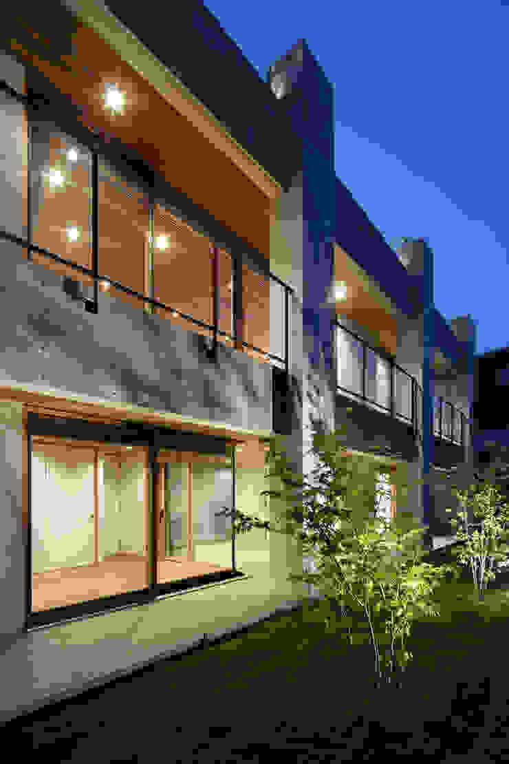 外観夕景~甲府 I さんの家 モダンな 家 の atelier137 ARCHITECTURAL DESIGN OFFICE モダン コンクリート