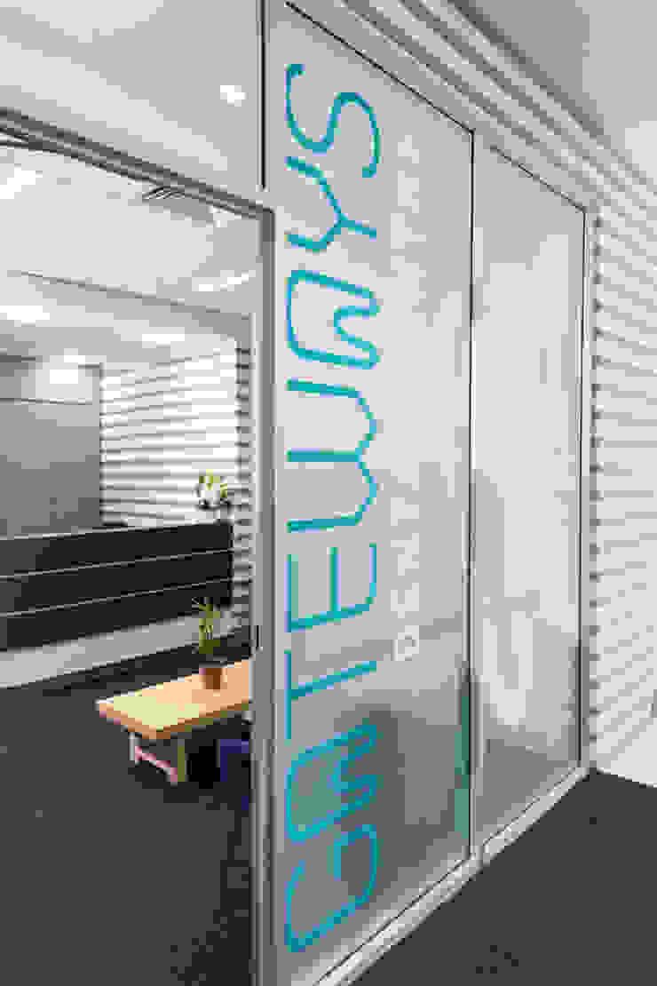 Gateways 1 Entry Modern clinics by Natasha Fowler Design Solutions Modern