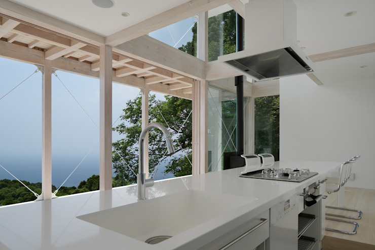 ダイニングキッチン~熱海伊豆山Yさんの家 地中海デザインの キッチン の atelier137 ARCHITECTURAL DESIGN OFFICE 地中海 木 木目調