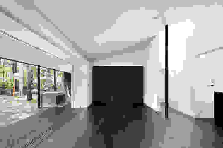 リビング~軽井沢Cさんの家 ミニマルデザインの リビング の atelier137 ARCHITECTURAL DESIGN OFFICE ミニマル 木 木目調