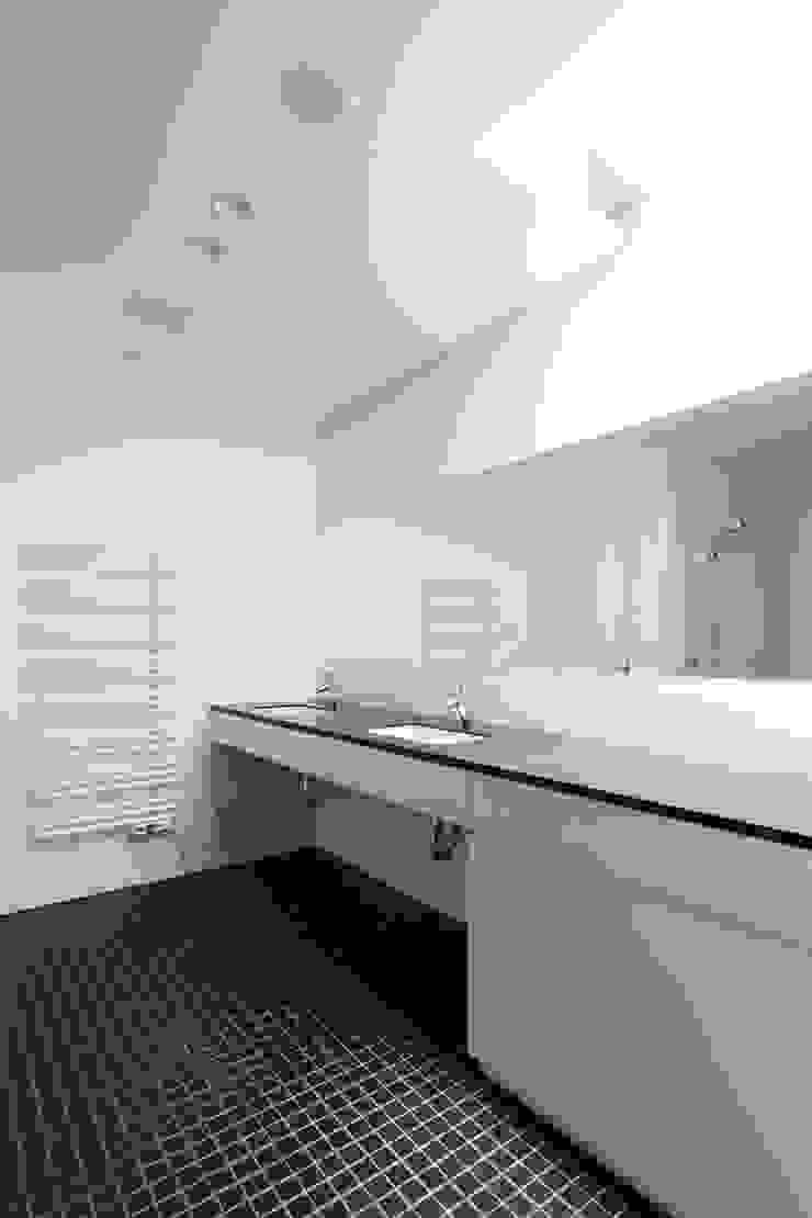 洗面脱衣室~軽井沢Cさんの家 モダンスタイルの お風呂 の atelier137 ARCHITECTURAL DESIGN OFFICE モダン タイル