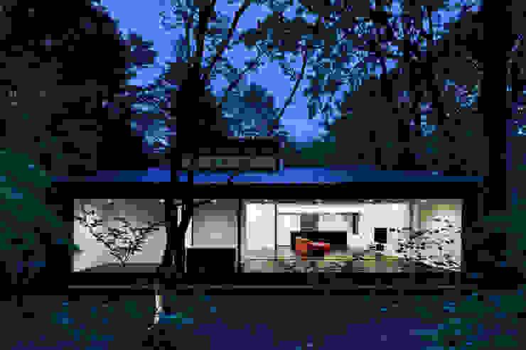外観夕景~軽井沢Cさんの家 モダンな 家 の atelier137 ARCHITECTURAL DESIGN OFFICE モダン