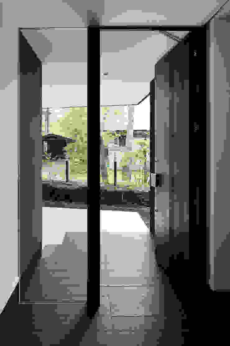 玄関~軽井沢Cさんの家 クラシカルな 窓&ドア の atelier137 ARCHITECTURAL DESIGN OFFICE クラシック タイル