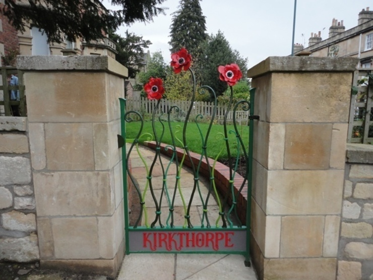 The Larkhall Anemome Gate by Ironart of Bath Jardines rurales de Ironart Ltd Rural