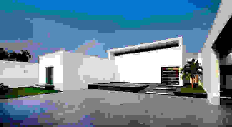 Fachada Principal Balcones y terrazas modernos: Ideas, imágenes y decoración de Arturo Campos Arquitectos Moderno