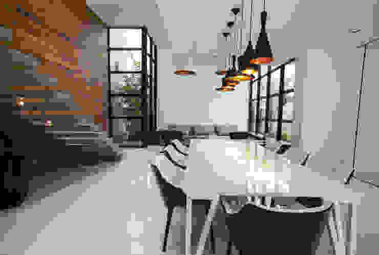 Salle à manger minimaliste par ZAAV Arquitetura Minimaliste