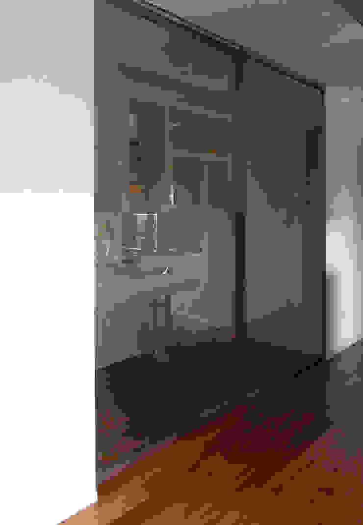 Porta scorrevole cucina Cucina minimalista di gk architetti (Carlo Andrea Gorelli+Keiko Kondo) Minimalista