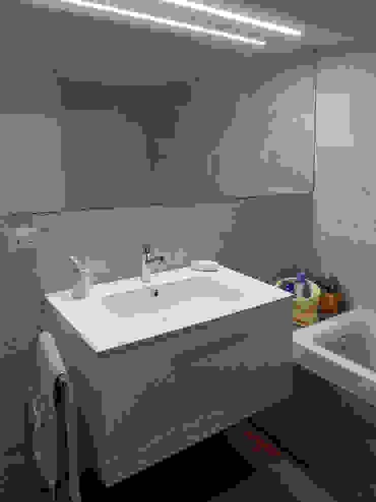 Particolare bagno di servizio Bagno moderno di gk architetti (Carlo Andrea Gorelli+Keiko Kondo) Moderno
