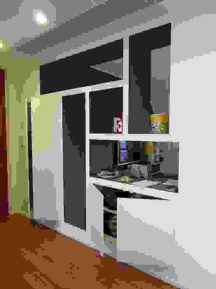Particolare mobile ingresso con ante aperte Ingresso, Corridoio & Scale in stile minimalista di gk architetti (Carlo Andrea Gorelli+Keiko Kondo) Minimalista