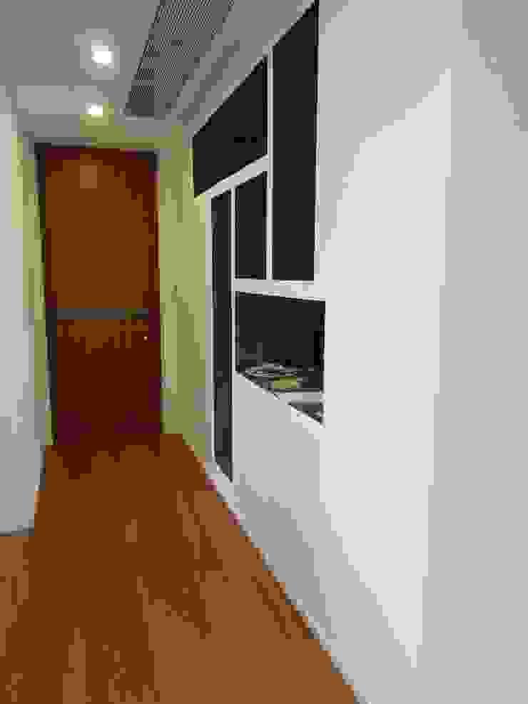 Particolare mobile ingresso Ingresso, Corridoio & Scale in stile minimalista di gk architetti (Carlo Andrea Gorelli+Keiko Kondo) Minimalista