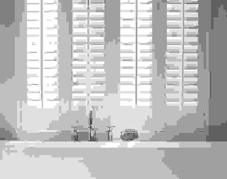 Smalle shutter panelen:  Badkamer door Inhuisplaza b.v.,