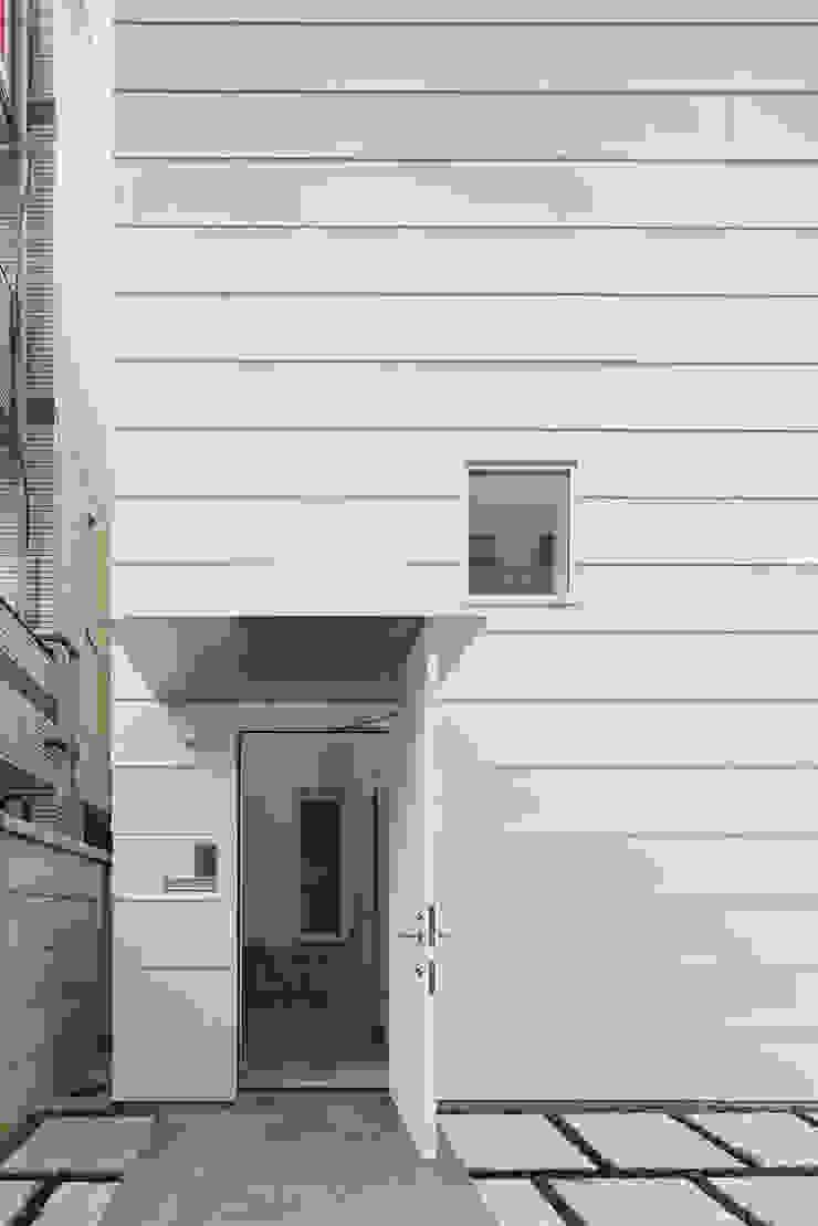 外観-玄関ポーチ モダンな 家 の アソトシヒロデザインオフィス/Toshihiro ASO Design Office モダン