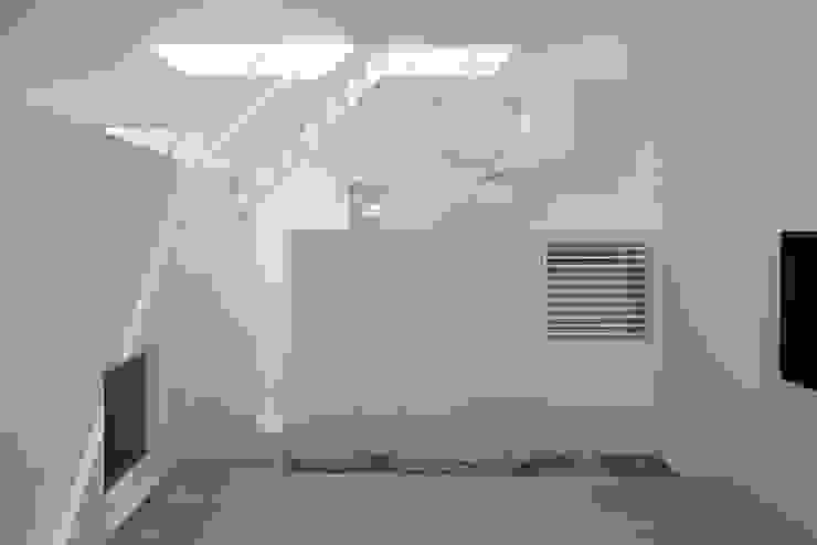 内観-ダイニングからキッチン側を見る モダンデザインの ダイニング の アソトシヒロデザインオフィス/Toshihiro ASO Design Office モダン