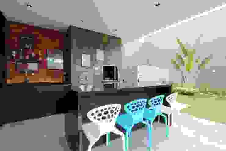 Minimalist balcony, veranda & terrace by ZAAV Arquitetura Minimalist