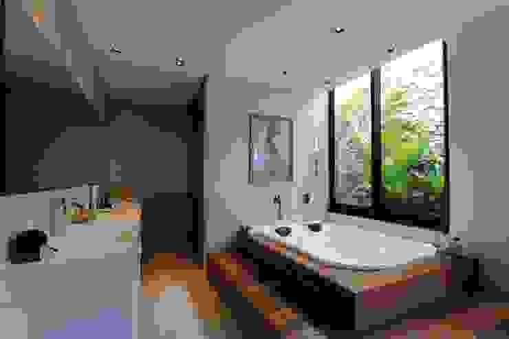 Minimalist bathroom by ZAAV Arquitetura Minimalist