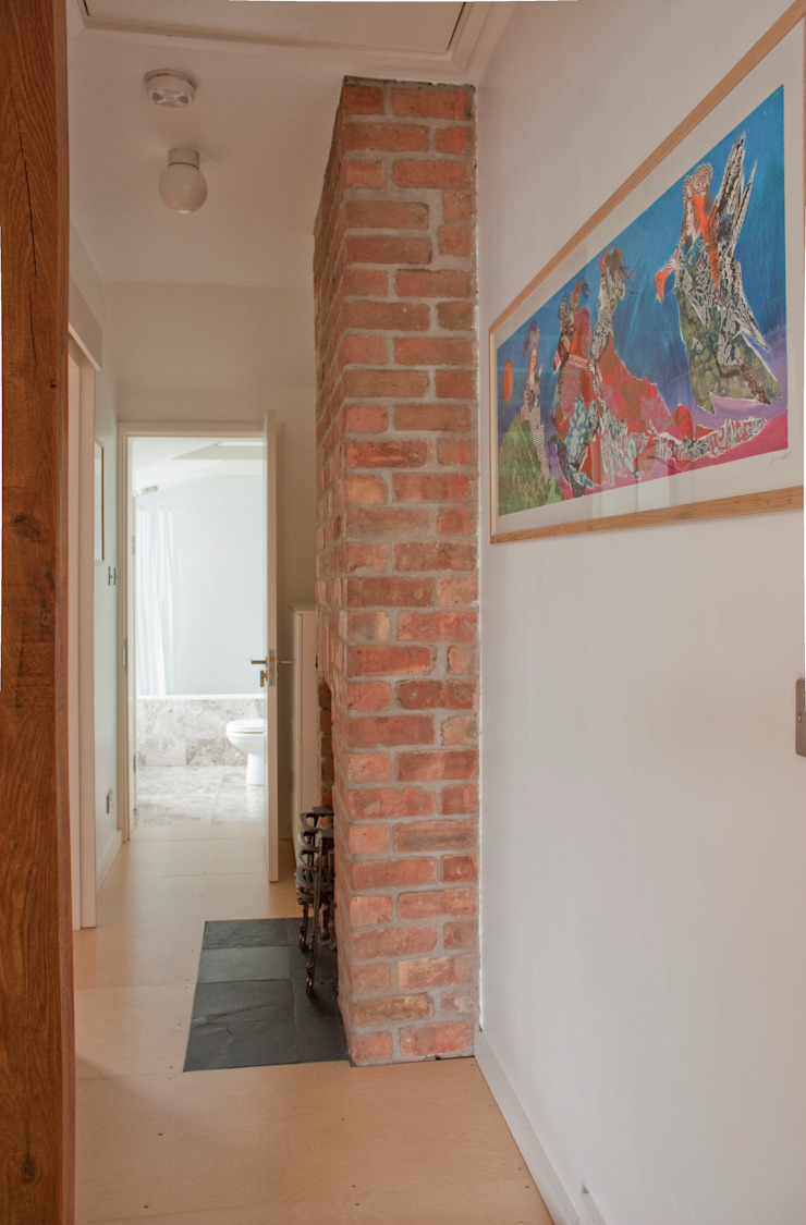 Exposed brickwork at Architect's House in Bristol by DHV Architects Modern corridor, hallway & stairs by Dittrich Hudson Vasetti Architects Modern