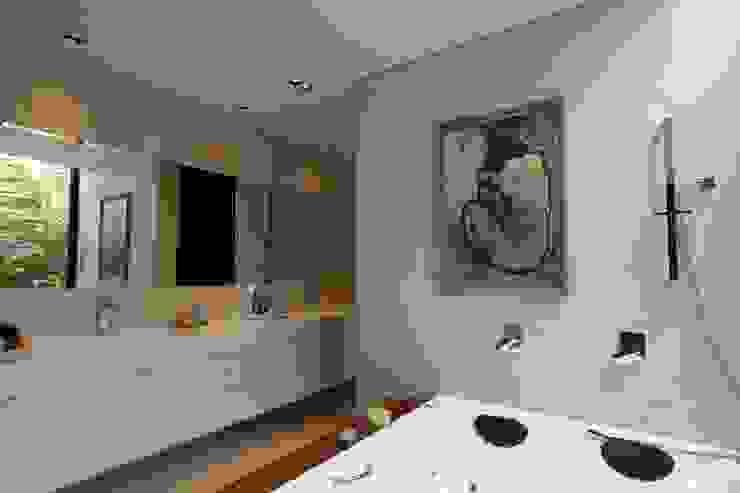ZAAV-Casa-Interiores-1342 Banheiros minimalistas por ZAAV Arquitetura Minimalista