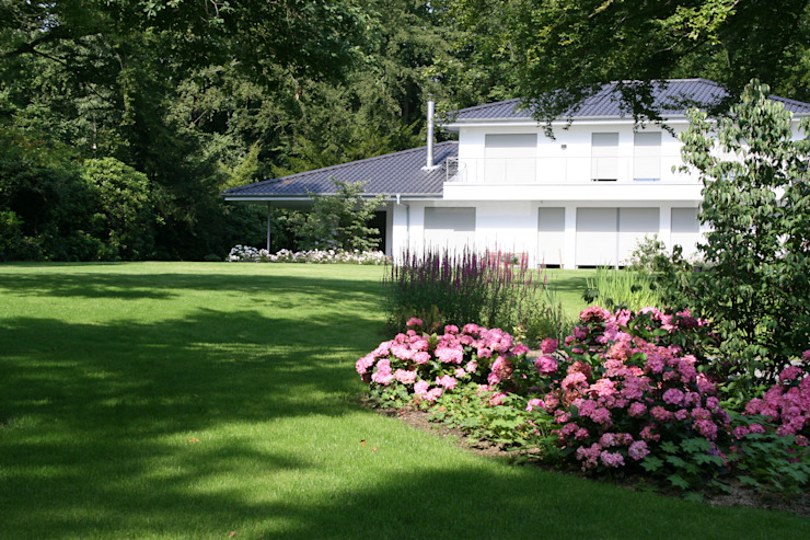 Blick auf Haus Moderner Garten von Grünplanungsbüro Jörg baumann Modern