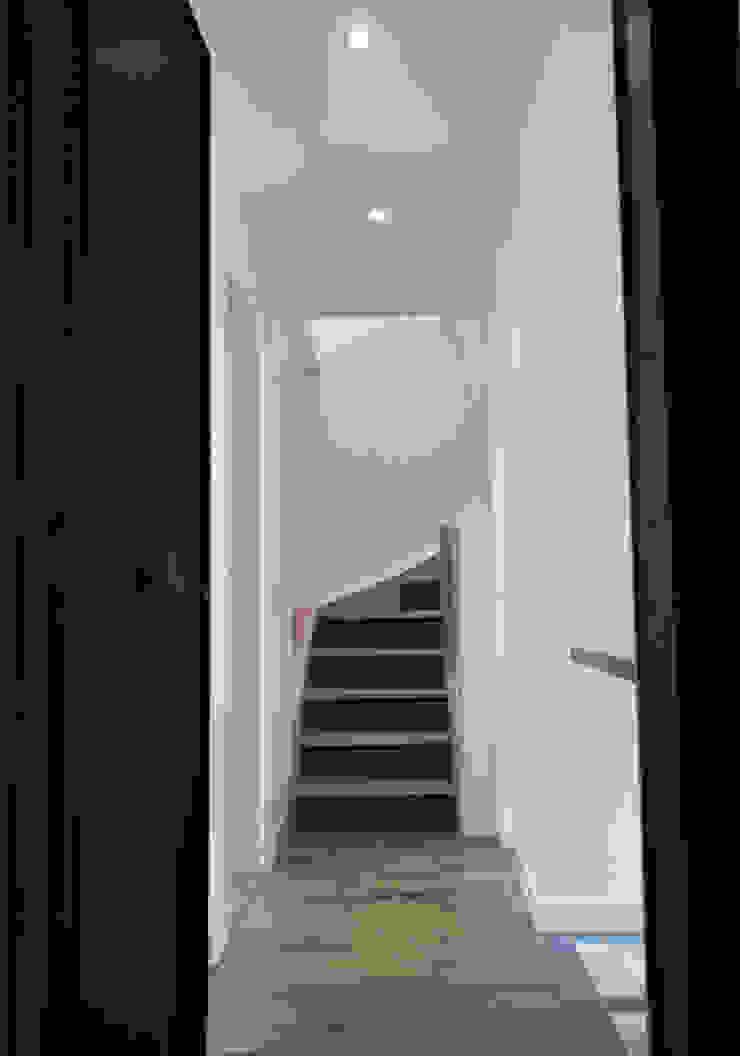 Entrée Couloir, entrée, escaliers minimalistes par Yeme + Saunier Minimaliste