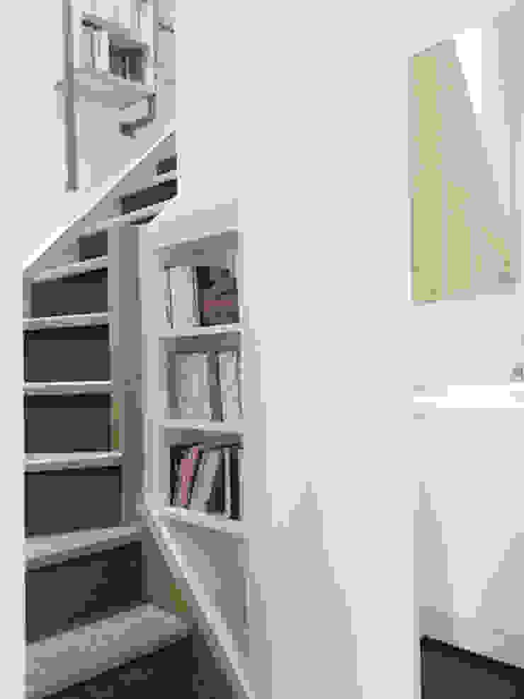 Détail escalier Couloir, entrée, escaliers minimalistes par Yeme + Saunier Minimaliste