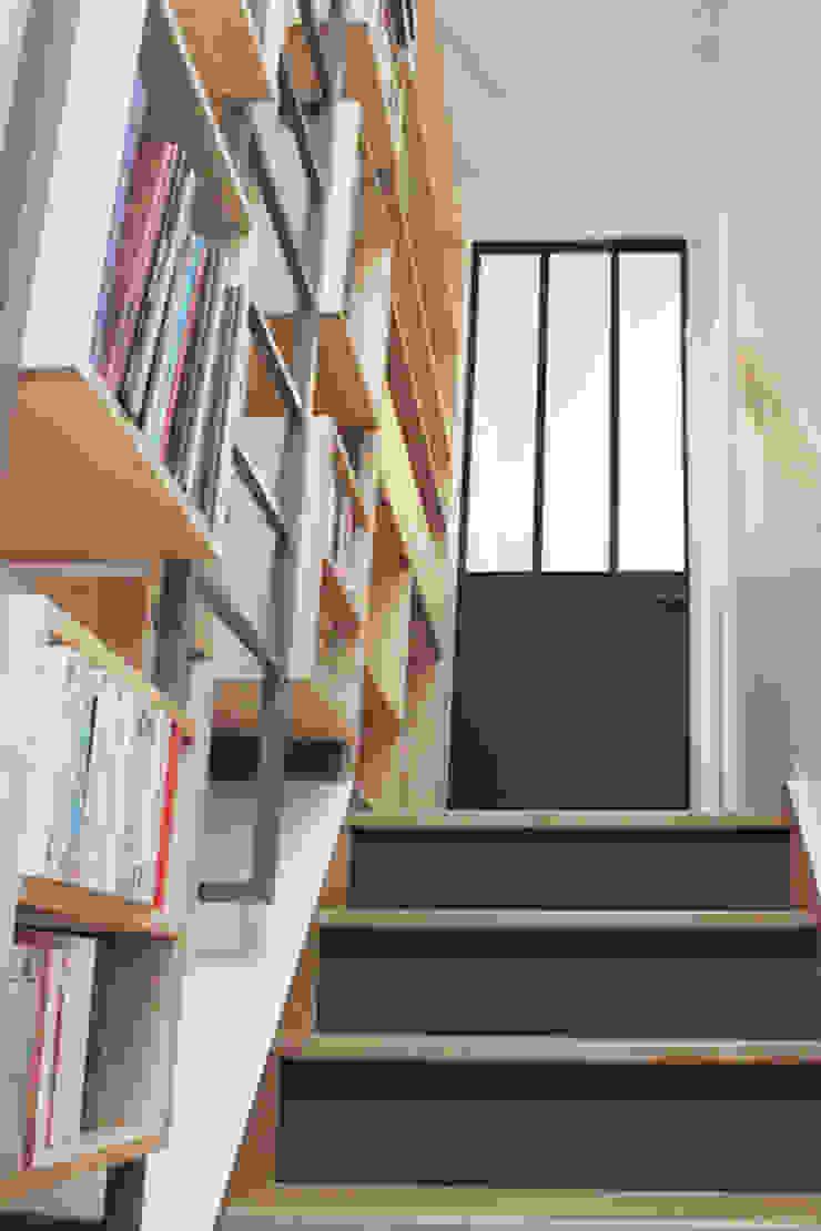 Détail escalier, bibliothèque sur mesure par Yeme + Saunier Industriel