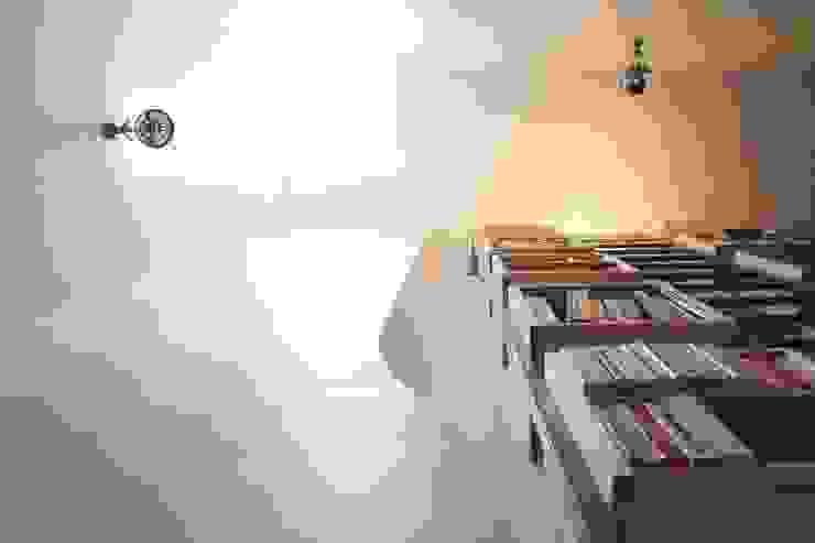 Bibliothèque et lumière zénithale du vasistas existant Couloir, entrée, escaliers minimalistes par Yeme + Saunier Minimaliste