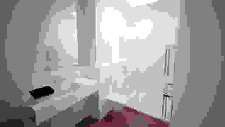 Suite parentale - SDB et lumière zénithale du vasistas existant Salle de bain minimaliste par Yeme + Saunier Minimaliste