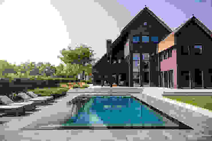 Wellnesstuin verbonden met het omliggende landschap Moderne zwembaden van Studio REDD exclusieve tuinen Modern