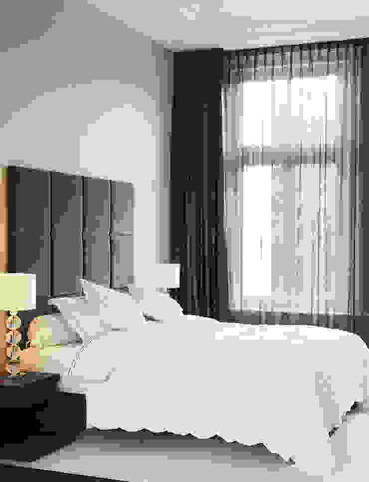 luxe bed met maatwerk headboard Moderne slaapkamers van choc studio interieur Modern