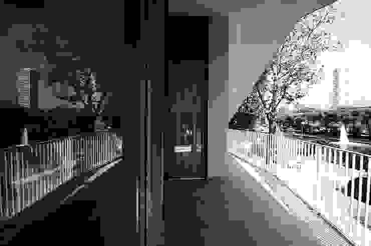 vista del terrazzo al piano primo Balcone, Veranda & Terrazza in stile moderno di silvia ancarani Moderno