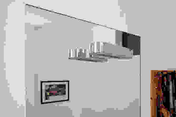 bagno camera da letto - dettaglio illuminazione di laboMint Moderno
