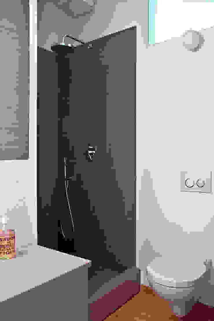 bagno piccolo - doccia Bagno moderno di laboMint Moderno