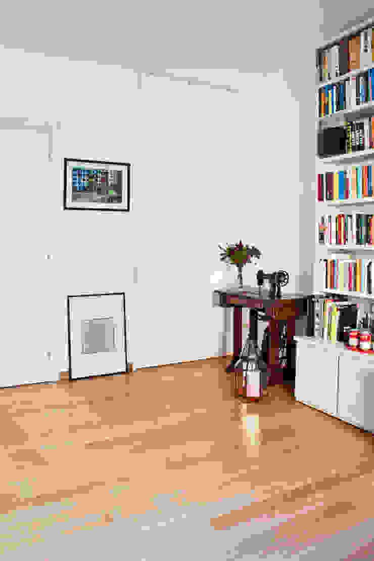 soggiorno - studio Soggiorno moderno di laboMint Moderno