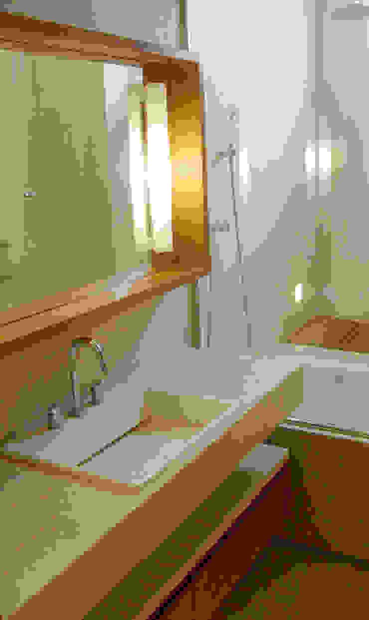 Apartamento Jardim Botânico Banheiros modernos por Andréa Menezes & Franklin Iriarte Moderno