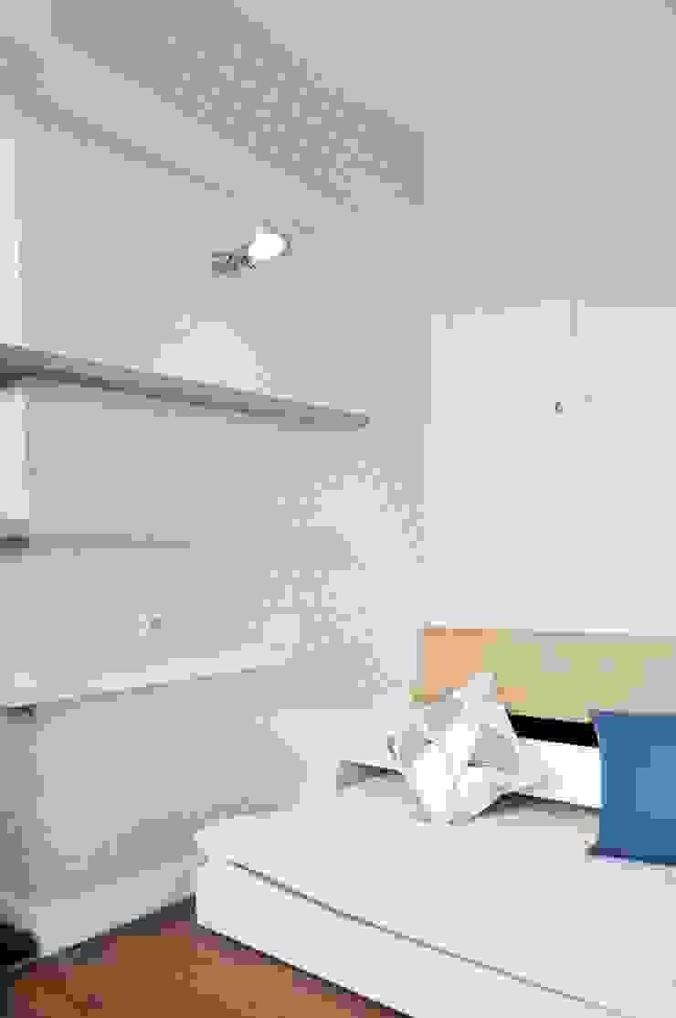 small in Paris Chambre moderne par cyril rheims Moderne