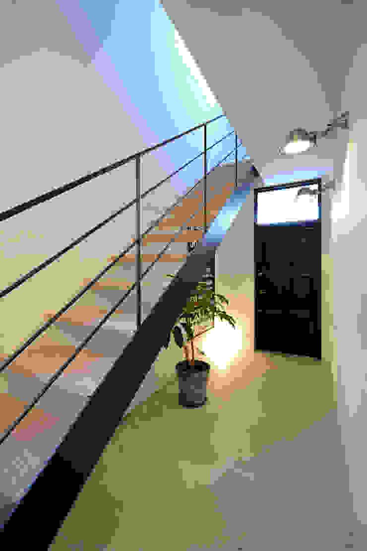 現代風玄關、走廊與階梯 根據 石躍健志建築設計事務所 現代風