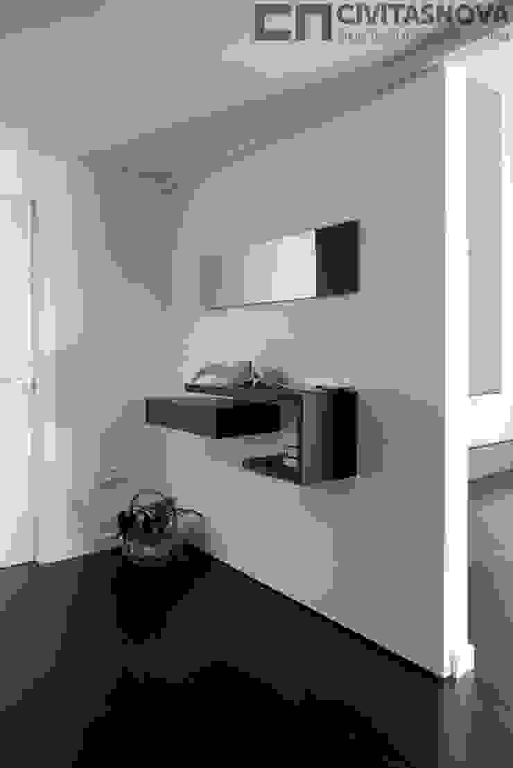 CIVITASNOVA - Vestíbulo: tabique corredero con mueble auxiliar Pasillos, vestíbulos y escaleras de estilo moderno de CIVITASNOVA Moderno