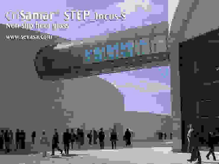 CriSamarSTEP_Incus-S nonslip floor glass Museos de estilo moderno de SEVASA Moderno