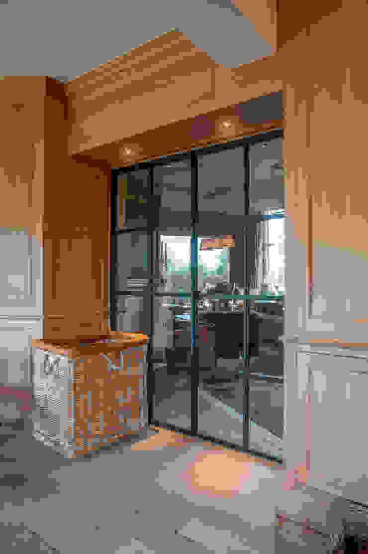 Metalen deur in living Klassieke woonkamers van Alewaters & Zonen Klassiek