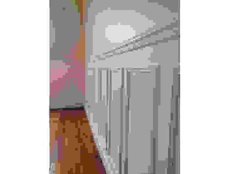 détail des boiseries crées dans le séjour Salon classique par BMAD-architecture Classique